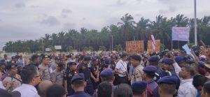 Aksi unjukrasa membawa berbagai spanduk