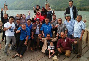 Ketua PWI Pusat bersama ketua PWI Aceh dan pengurus PWI Aceh lainnya berfoto di Pante Menye. Foto: H7.com