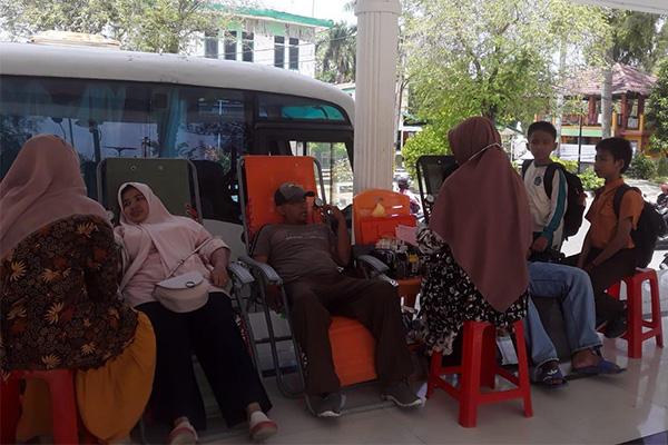 Warga Mendonorkan Darah di Lapangan Merdeka Langsa. Foto h7 - antoedy