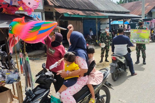 Covid-19 Meningkat, TNISosialisasi Prokes Keliling Kampung